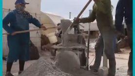 امرأة سورية تعمل في صناعة البلوك لتؤمن قوت أطفالها