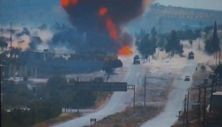 بالفيديو.. لحظة انفجار سيارة مفخخة على طريق الـM4 أثناء مرور الدورية الروسية التركية