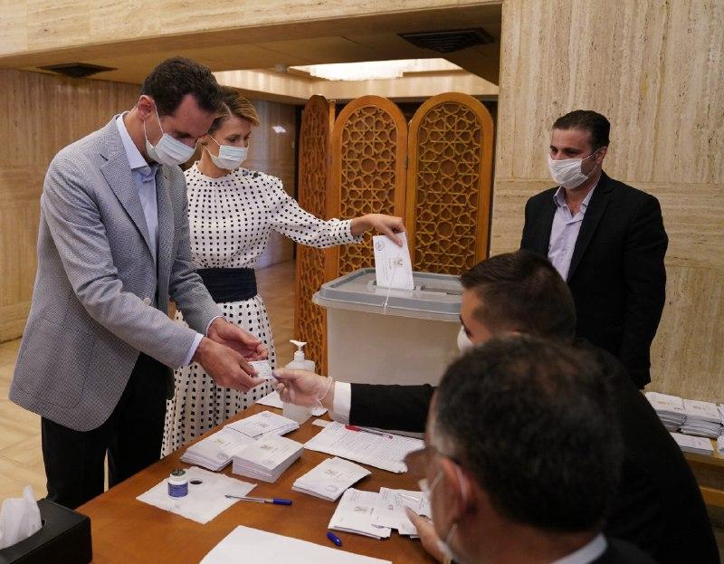 """احتفاء بمشاركة بشار الأسد وزوجته بالاستحقاق """"الديمقراطي"""" (فيديو)"""