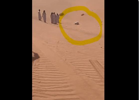 العثور على سعودي وافته المنية ساجداً بعد أن تاه في الصحراء لأيام (فيديو)