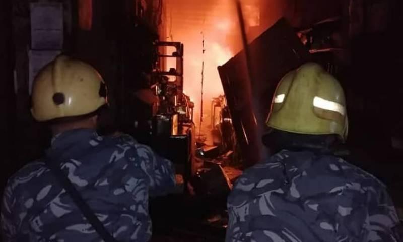 حريق يلحق أضرارًا جسيمةً في أحد أسواق دمشق القديمة.. من يقف خلفه (فيديو)