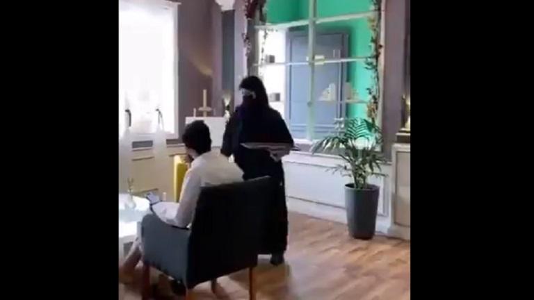 فيديو لنادلات يخدمن رجالاً يثير الجدل في السعودية