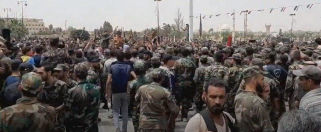 بالفيديو: مظاهرة عسكرية كبيرة ضد بشار الأسد وإيران في ريف درعا
