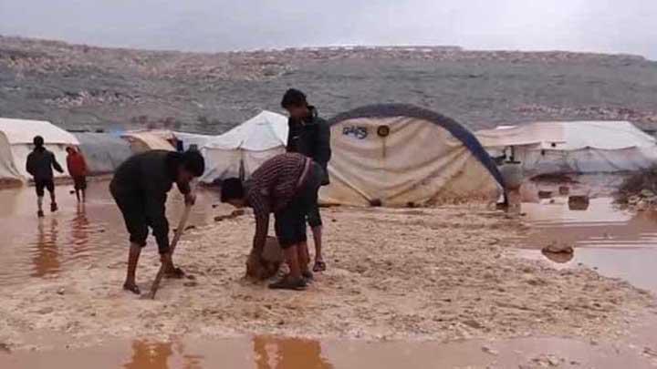 منسقو الاستجابة: غرق 11 مخيماً في ريفي حلب وإدلب