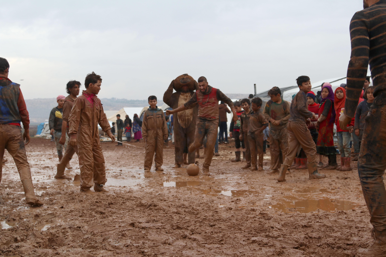 اللعب في الطين.. فعالية للأطفال تسلط الضوء على معاناة المخيمات