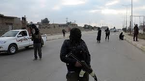 حاجز لعناصر من داعش وتفتيش للمارة بريف دير الزور