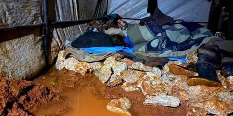 ينامون وسط المياه.. صورة انتشرت لأطفال المخيمات معبرة عن مأساتهم