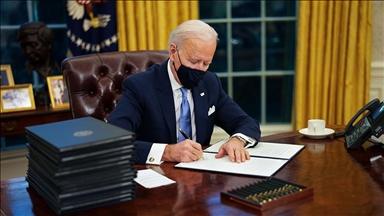 بايدن يستهل عمله بالبيت الأبيض بتوقيع عدة أوامر تنفيذية