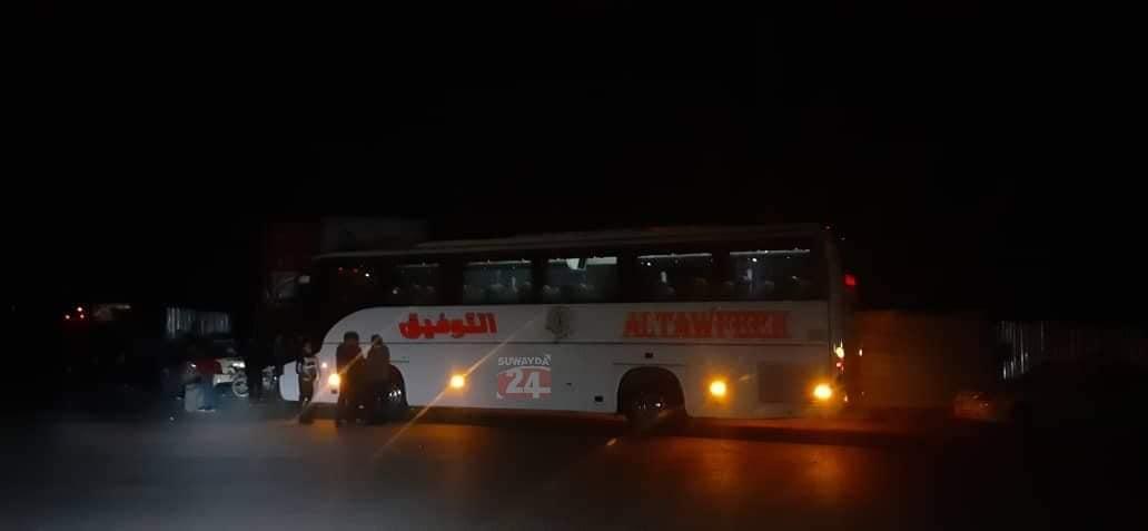 لنقلهم إلى ليبيا...حافلات تقل شباناً من السويداء إلى قاعدة حميميم الروسية