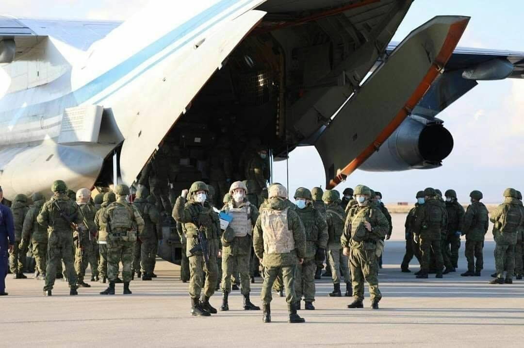 صور| تعزيزات عسكرية للجيش الروسي تضم عربات وجنود تصل إلى مطار القامشلي