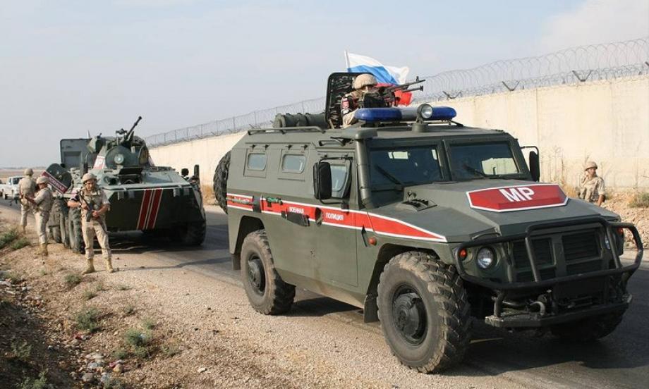 لتعزيز مراقبة الحدود...وفد روسي يجتمع مع ضباط النظام في البوكمال