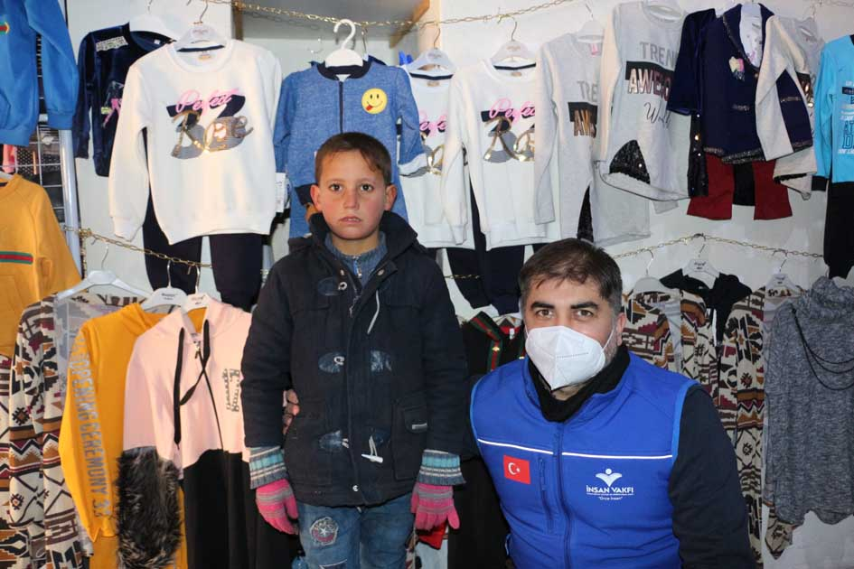 جمعية خيرية تركية توزع مساعدات شتوية على اللاجئين السوريين في هاطاي