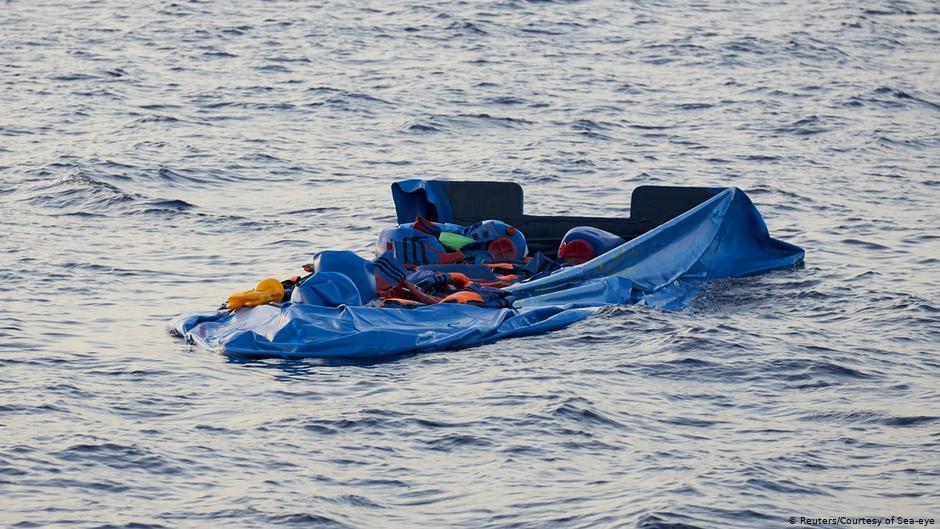 غرق زورق على متنه 100 مهاجر قبالة السواحل الليبية