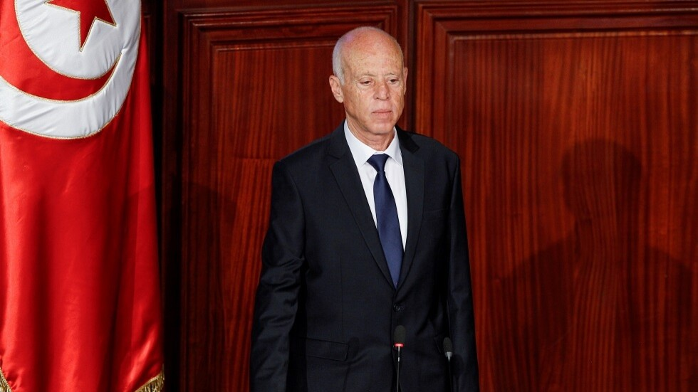 الرئيس التونسي يجمد البرلمان ويقيل الحكومة ويتولى سلطاتهما