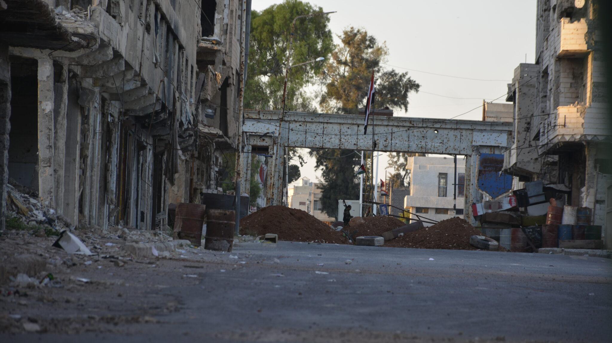 بعد شهر من إغلاقه..النظام يفتح حاجز السرايا في درعا