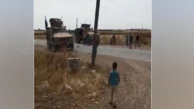 أهالي قرية سورية يعترضون رتلا عسكريا أمريكيا