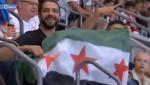 علم الثورة السورية يرفرف  في مباراة برشلونة وشتوتغارت