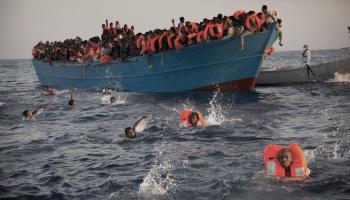 معظمهم عرب ...إنقاذ 394 لاجئاً قبالة السواحل التونسية بعد غرق قاربهم