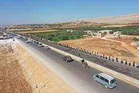 مصادر تكشف سبب استهداف روسيا ونظام الأسد للطريق الواصل بين سرمدا وباب الهوى