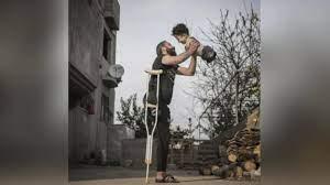 صورة مؤلمة لأب سوري وابنه تفوز بجائزة دولية