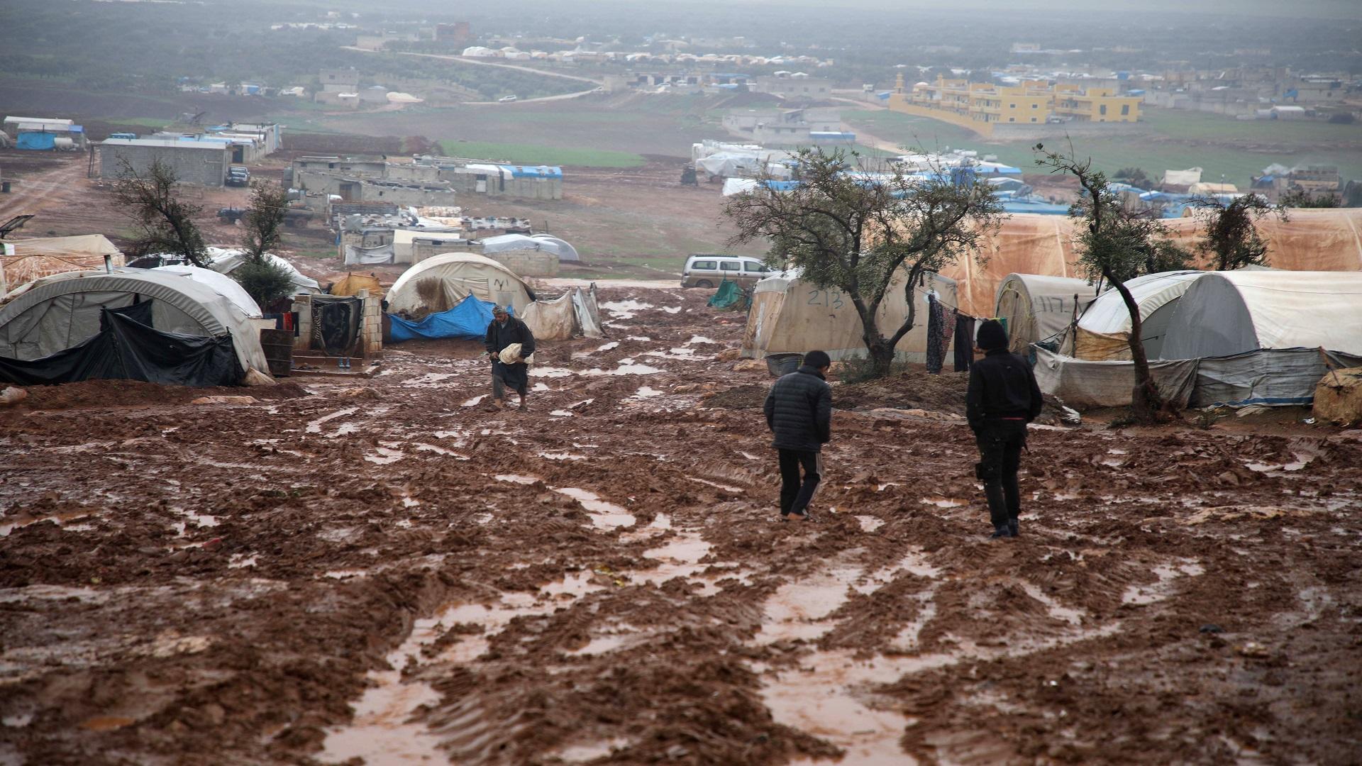 إمرأة تقيد ابنة زوجها بالسلاسل الحديدية في مخيم بريف حلب